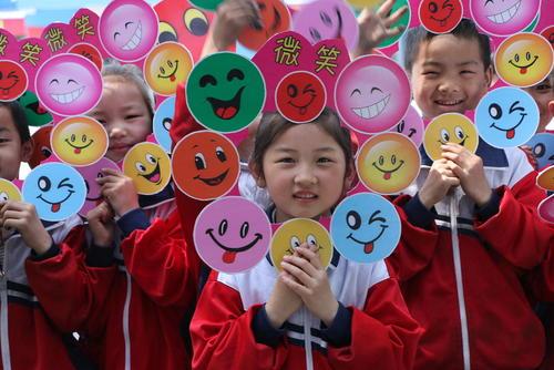 دانش آموزان مدرسه در چین به استقبال روز جهانی لبخند رفته اند