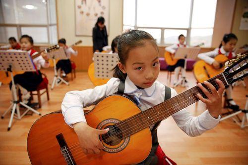 گیتار نوازی کودکان در قصر بچه ها در شهر پیونگ یانگ کره شمالی