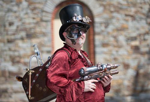 به دست گرفتن تفنگ اب پاش در جریان جشنواره استیم باک – ساکسونی آلمان