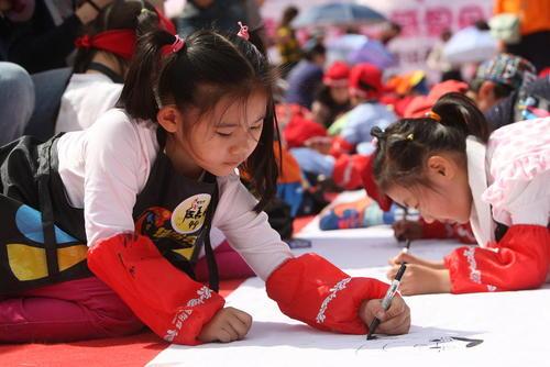 کودکان دانش آموز چینی در حال نقاشی کردن مادرانشان در روز مادر در چین