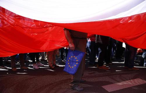 تظاهرات حامیان اتحادیه اروپا و مخالفان حکومت در ورشو لهستان