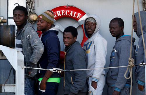 پناهجویان آفریقایی در صف ورود به ایتالیا