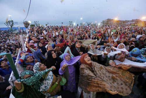 ابراز احساسات مسلمانان کشمیری نسبت به نمایش تار موی منسوب به پیامبر اسلام