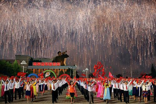 حضور دهها هزار نفر در جشن پایان موفق کنگره حزب حاکم کره شمالی – پیونگ یانگ