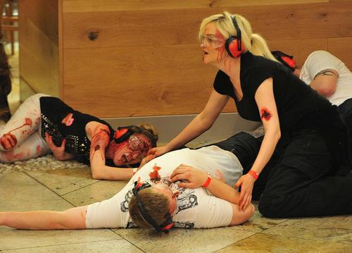 بازی کردن در نقش زخمی های حمله تروریستی در جریان یک مانور مقابله با ترور در شهر منچستر انگلیس