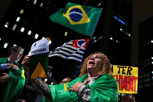 تظاهرات مخالفان دیلما روسف رییس جمهوری برزیل در حمایت از درخواست استیضاح او همزمان با بررسی این موضوع در سنای برزیل – سائوپائولو