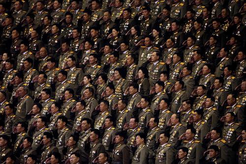 افسران ارتش کره شمالی در کنسرت پایان کنگره سراسری حزب حاکم کره شمالی در حال احترام به پخش سرود ملی این کشور هستند