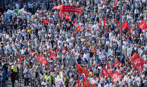 تظاهرات و اعتصاب هزاران کارگر کمپانی فولکس واگن آلمان با درخواست افزایش دستمزد – وولفسبورگ
