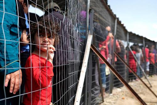 صف غذا در اردوگاه پناهجویان خاورمیانه ای در منطقه مرزی یونان و مقدونیه