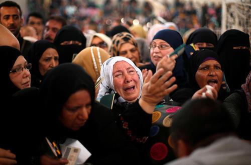 زن غزه ای در حال التماس به ماموران گارد مرزی مصر برای عبور از مرز رفح و ورود به مصر