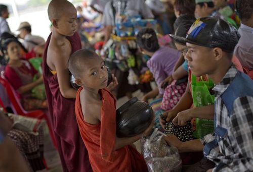 راهبان کودک و نوجوان در شهر یانگون میانمار در حال جمع آروی اعانه از مردم