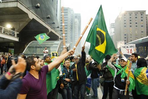 شادمانی مخالفان دیلما روسف از تعلیق ریاست جمهوری او از سوی سنای برزیل - سائوپائولو