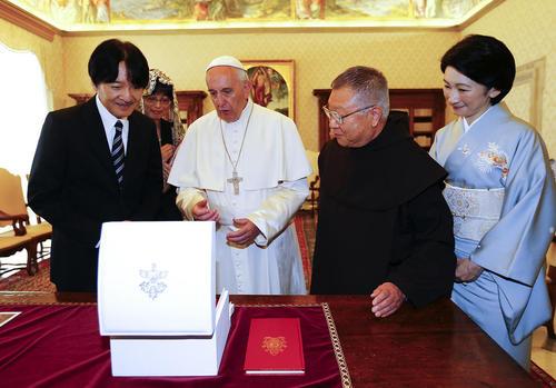مراسم تبادل هدایا بین پاپ فرانسیس رهبر کاتولیک های جهان با پرنس آکیشینو (نفر سمت چپ تصویر) ولیعهد ژاپن و همسرش – واتیکان
