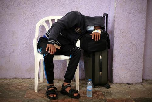 یک مرد غزه ای بیمار در گذرگاه رفح و در انتظار دریافت مجوز ورود به خاک مصر