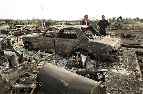 بازدید جاستین ترودو نخست وزیر کانادا از بقایای آتش سوزی گسترده دو هفته گذشته در ایالت آلبرتا