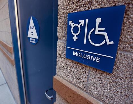با بخشنامه رییس جمهوری آمریکا مدارس آمریکا مجاز شدند امکان استفاده از سرویس های توالت برای افراد تراجنسیتی را فراهم کنند