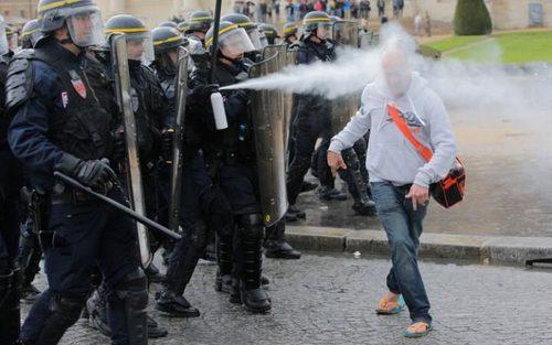افشاندن گاز فلفل به صورت معترضان اصلاح قانون کار فرانسه از سوی پلیس پاریس