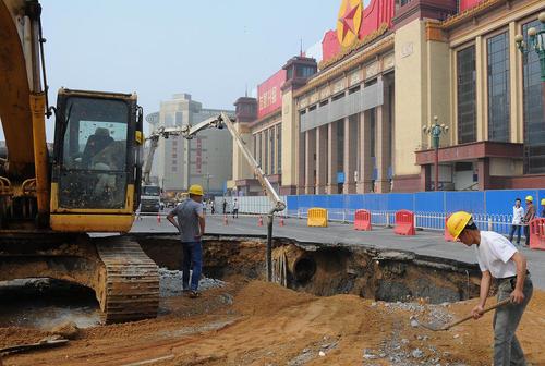 ریزش زمین در جریان ساخت پروژه تونل مترو در شهر نانچانگ چین