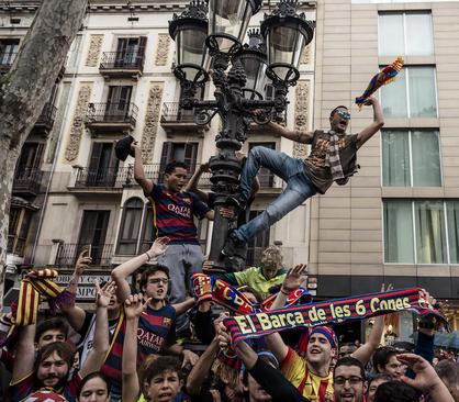 شادمانی هواداران تیم فوتبال بارسلونا از قهرمانی این تیم در لیگ اسپانیا