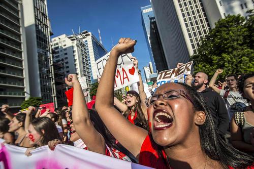 تظاهرات هزاران نفر از حامیان دیلما روسف رییس جمهور تعلیق شده برزیل در شهر ساپائولو در اعتراض به رای مجلس سنا به تعلیق و محاکمه رییس جمهور