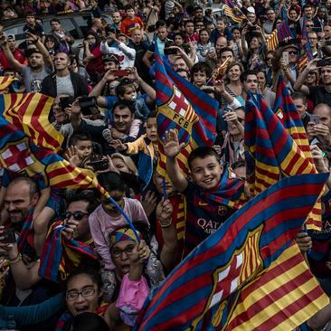 جشن مردم شهر بارسلونا اسپانیا به خاطر پیروزی تیم فوتبال شهرشان در لالیگا