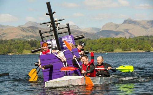 مسابقات قایق سواری بدون استفاده از هیچ چوبی در دریاچه ویندِمِره در انگلستان