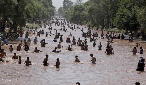 شهروندان لاهور پاکستان با بالا رفتن دمای این شهر به 47 درجه سانتی گراد به کانال های آب و رودخانه ها ریخته اند