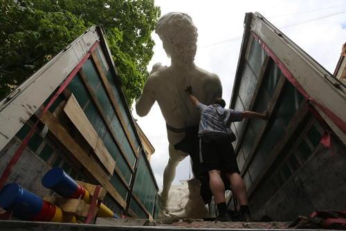 حمل کپی مجسمه 15 متری حضرت داوود با جرثقیل به کلیسای سنت آن در شهر سن پترز بورگ روسیه برای یک نمایشگاه