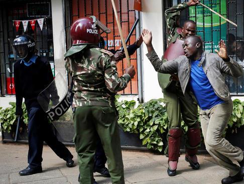 ضرب و شتم معترضان به کمیسیون مستقل انتخابات کنیا از سوی پلیس در نایروبی