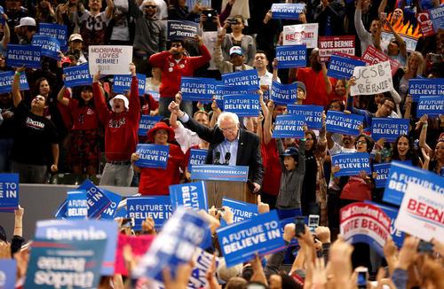 سخنرانی برنی سندرز نامزد دموکرات انتخابات مقدماتی ریاست جمهوری آمریکا در جمع حامیانش در شهر کارسون ایالت کالیفرنیا