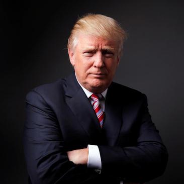 دونالد ترامپ نامزد جمهوریخواه انتخابات ریاست جمهوری آمریکا روز سه شنبه پس از مصاحبه اختصاصی با خبرگزاری رویترز در خانه اش در نیویورک در حال گرفتن ژست عکس برای عکاس این خبرگزاری