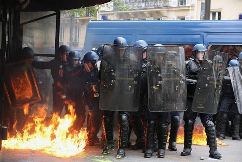 پلیس فرانسه در محاصره آتش معترضان به اصلاح قانون کار – پاریس