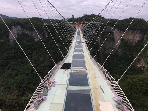 مراحل پایانی اتمام ساخت پل شیشه ای در پارکی ملی در چین