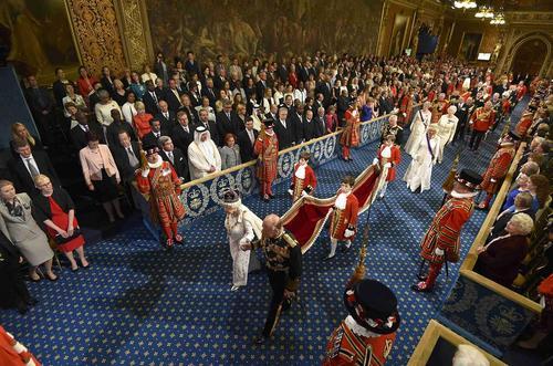 حضور ملکه بریتانیا در مجلس اعیان این کشور به منظور مراسم سالانه گشایش رسمی پارلمان