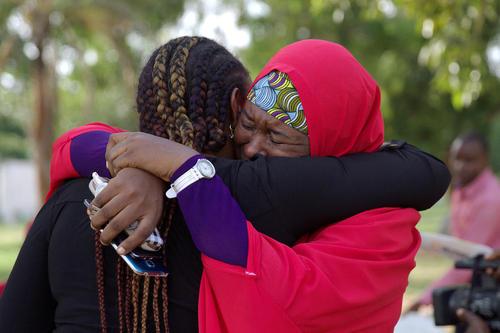 شادمانی اعضای کمپین آزاد سازی دختران ربوده شده نیجریه ای پس از آزادی یک دختر از 200 دختر ربوده شده از دست گروه تروریستی بوکوحرام – آبوجا