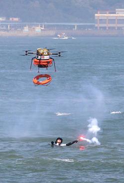 مانور امداد و نجات در بندر اینچئون کره جنوبی . یک هواپیمای بدون سرنشین در حال انداختن یک تیوب است