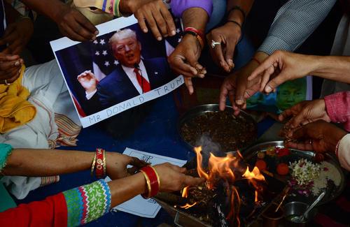 مراسم آیینی دعای یک فرقه متعصب هندو برای پیروزی دونالد ترامپ نامزد جنجالی انتخابات ریاست جمهوری آمریکا – شهر الله آباد هند
