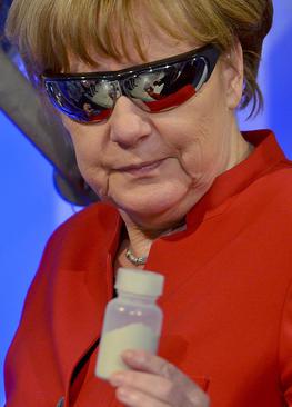 بازدید آنگلا مرکل صدر اعظم آلمان از مرکز فضایی اروپا در شهر کلن آلمان