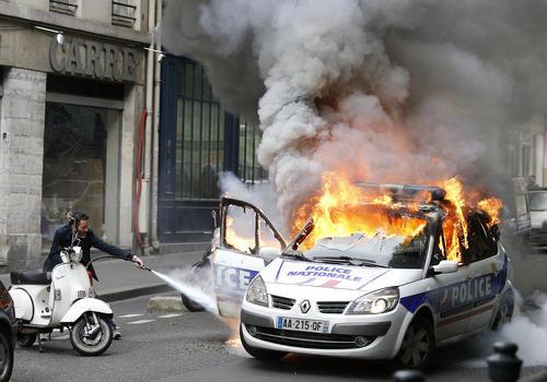 آتش زدن خودروی پلیس از سوی معترضان در جریان تظاهرات بر ضد اصلاح قانون کار فرانسه در شهر پاریس