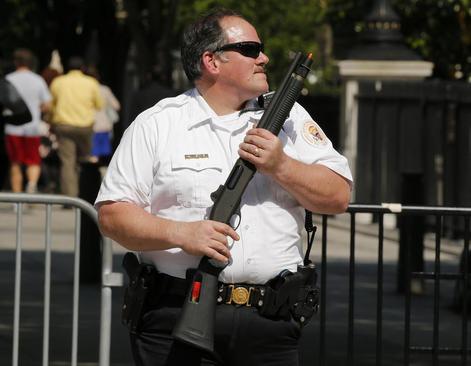 یک مامور سرویس مخفی کاخ سفید واشنگتن پس از تیراندازی یک فرد در نزدیکی کاخ سفید