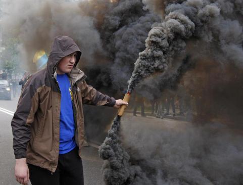 تظاهرات ملی گرایان اوکراینی علیه برگزاری انتخابات در منطقه دونباس در شرق این کشور – کی یف