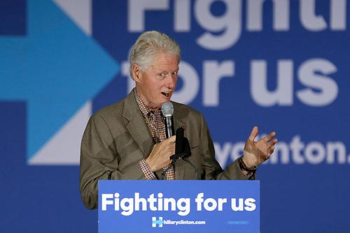 سخنرانی بیل کلینتون رییس جمهور اسبق آمریکا در کمپین انتخاباتی همسرش هیلاری در دبیرستانی در شهر چولا ویستا در ایالت کالیفرنیا