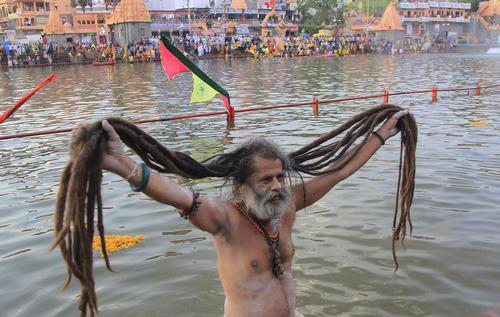 آب تنی مرد هندو در رودخانه شیپرا