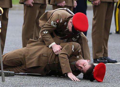 بیهوش شدن یک سرباز انگلیسی در جریان یک رژه رسمی – یورکشایر