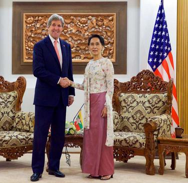 دیدار جان کری وزیر امور خارجه آمریکا با آنگ سان سوچی رهبر دموکراسی خواهان میانمار