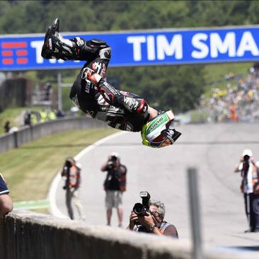 شادمانی موتور سوار فرانسوی از قهرمانی در مسابقات جایزه بزرگ در ایتالیا