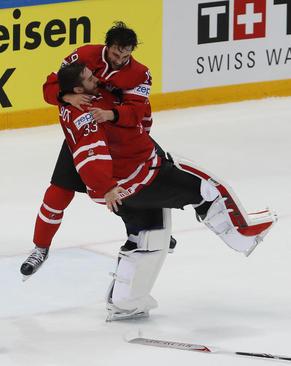 شادمانی تیم هاکی روی یخ کانادا از کسب عنوان قهرمانی در مسابقات جهانی در مسکو