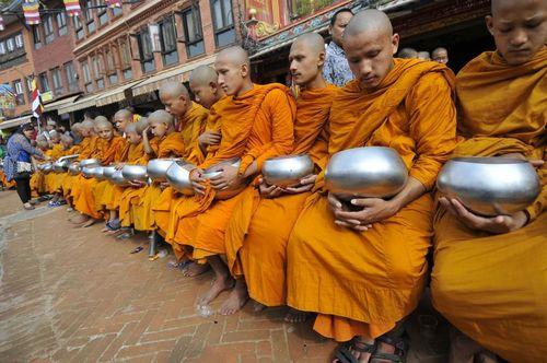 جمع آوری اعانه از سوی راهبان بودایی در جشنواره پورنیما در کاتماندو نپال