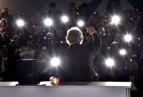 کن لوچ کارگردان بریتانیایی برنده نخل طلای جشنواره فیلم کن 2016 در محاصره دوربین خبرنگاران