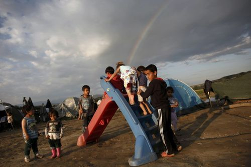 کودکان پناهجو در حال بازی در مرز یونان و مقدونیه